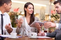 Młodzi ludzie biznesu w restauracyjnej, kawowej przerwie, Fotografia Stock