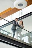 Młodzi ludzie biznesu wspinają się schodki w biurze zdjęcie royalty free