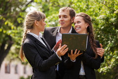 Młodzi ludzie biznesu z laptopem w miasto parku Zdjęcia Stock
