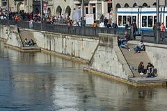 Młodzi ludzie cieszy się pogodną pogodę blisko Limmat rzeki w Zurich, zdjęcia stock