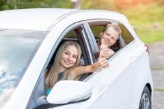 Młodzi ludzie cieszy się roadtrip w samochodzie obraz royalty free