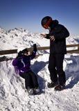 Młodzi ludzie cieszy się zima sporty Obrazy Royalty Free