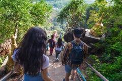 Młodzi Ludzie grup Iść puszków schodków gór Azjatyckiego Wakacyjnego wakacje podróży Azjatyccy turyści Zdjęcie Royalty Free