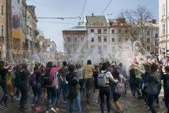 Młodzi ludzie kiści wody inny na jeden Obrazy Royalty Free