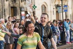 Młodzi ludzie kiści wody inny na jeden Obrazy Stock