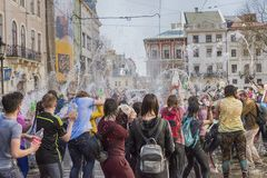 Młodzi ludzie kiści wody inny na jeden Zdjęcie Royalty Free