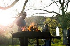 Młodzi ludzie ma grilla out w ogródzie na święcie pracy Obrazy Royalty Free