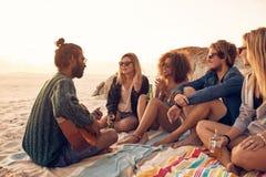 Młodzi ludzie ma przyjęcia na plaży fotografia royalty free