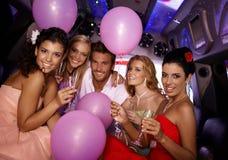 Młodzi ludzie ma przyjęcia w limo Fotografia Stock