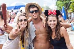 Młodzi ludzie ma zabawę na bezpłatnych osobach karnawałowych w Rio Zdjęcie Royalty Free