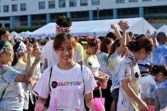 Młodzi ludzie ma zabawę, poza dla obrazka przy koloru Manila błyskotliwością Biegającą na ulicie wydarzenia społeczeństwo Zdjęcie Royalty Free