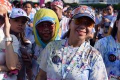 Młodzi ludzie ma zabawę, poza dla obrazka przy koloru Manila błyskotliwością Biegającą na ulicie wydarzenia społeczeństwo Obrazy Royalty Free