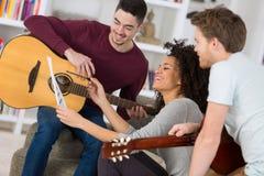Młodzi ludzie ma zabawę próbuje muzykę fotografia royalty free