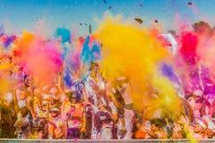Młodzi ludzie ma zabawę przy kolorem Biegają 5km maraton, Jaskrawy co Fotografia Royalty Free