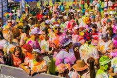Młodzi ludzie ma zabawę przy kolorem Biegają 5km maraton, Jaskrawy co Zdjęcia Royalty Free