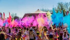 Młodzi ludzie ma zabawę przy kolorem Biegają 5km maraton, Jaskrawy co Obraz Stock