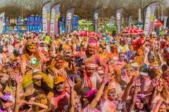 Młodzi ludzie ma zabawę przy kolorem Biegają 5km maraton, Jaskrawy co Obrazy Royalty Free