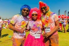 Młodzi ludzie ma zabawę przy kolorem Biegają 5km maraton, Jaskrawy co Zdjęcie Royalty Free
