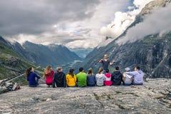 Młodzi ludzie mają zabawę na wierzchołku góra, Trollstigen, Obrazy Stock