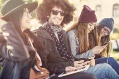 Młodzi ludzie marnotrawi czas outside obraz royalty free