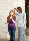 Młodzi ludzie myśli o naprawie mieszkanie Zdjęcia Stock