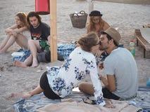 Młodzi ludzie na plaży Obraz Royalty Free