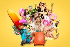 Młodzi ludzie odizolowywający na żółtym pracownianym tle obrazy stock
