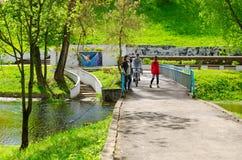 Młodzi ludzie odpoczywają, gawędzą na moście nad Vitba rzeką w parku kultura i Odpoczywają zwanego po Frunze na pogodnym święto p zdjęcia royalty free