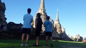3 młodzi ludzie odwiedza antycznego miasto Ayutthaya, Tajlandia 2016 obrazy stock