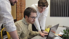 Młodzi ludzie patrzeje w monitorze laptop pracują wpólnie i dyskutują ich kreatywnie biznesowego rozpoczęcie Biznesmen zbiory wideo