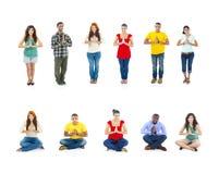 Młodzi Ludzie Podczas gdy Umieszczający Ich Dwa ręki Wpólnie Zdjęcie Stock