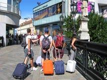 Młodzi ludzie, podróż, Europa, walizki i plecaki, zdjęcie royalty free
