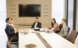 Młodzi ludzie pracę zespołową w biurze Fotografia Royalty Free