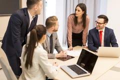 Młodzi ludzie pracę zespołową w biurze Obrazy Stock