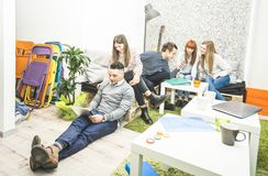 Młodzi ludzie pracowników pracowników ma przerwę wewnątrz zaczynają up biuro Obraz Royalty Free