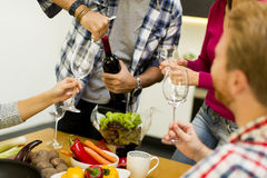 Młodzi ludzie przy stołem w kuchni zdjęcie stock