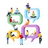 Młodzi ludzie siedzą na mowa bąblach dla komentarza i gawędzą Fotografia Stock