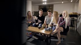 Młodzi ludzie siedzi na kozetce i ogląda TV zbiory wideo