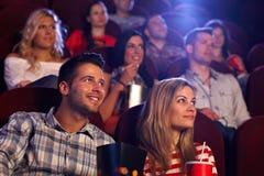 Młodzi ludzie siedzi przy kinem obrazy royalty free