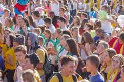 Młodzi ludzie stawiają czoło z pozytywnymi emocjami podczas gdy słucha muzykę na Dnepr rzeki bulwarze zdjęcia stock