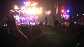 Młodzi ludzie tanczą przy rypsowym rockowym koncertem, zwolnione tempo zbiory wideo