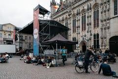 Młodzi ludzie używa jawnego WIFI przy urzędu miasta kwadratem w mieście o Zdjęcie Royalty Free