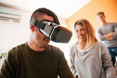 Młodzi Ludzie Używa VR obrazy royalty free