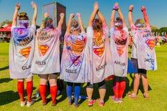Młodzi ludzie ubierali up gdy super bohaterzy przy koloru bieg mącą Zdjęcia Royalty Free