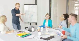 Młodzi ludzie w biurowych udzielenie pomysłach Zdjęcie Stock