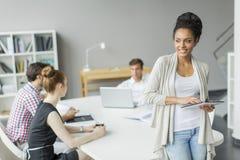 Młodzi ludzie w biurze Zdjęcie Stock