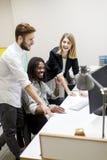 Młodzi ludzie w biurze Zdjęcia Royalty Free