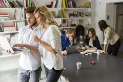 Młodzi ludzie w biurze Obraz Stock