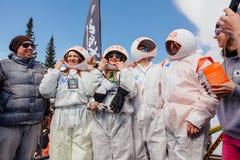 Młodzi ludzie w karnawałowych kostiumów astronauta Fotografia Stock