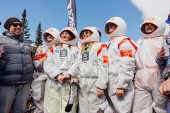 Młodzi ludzie w karnawałowych kostiumów astronauta Zdjęcia Stock